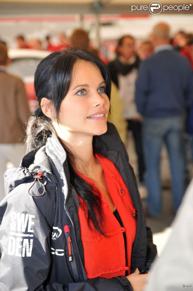 Sofia Hellqvist (photo : le 24 septembre 2011 lors d'une course de Carrera Cup), compagne du prince Carl Philip de Suède depuis 2009, continue de racheter ses frasques passées en s'investissant à fond dans son association en faveur des enfants d'Afrique, Project Playground.