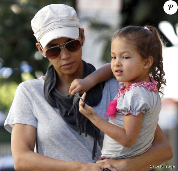 Halle Berry et son adorable fillette Nahla à la sortie de l'école le 5 janvier 2012