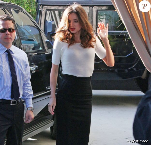 Miranda Kerr à Los Angeles, dans un look de businesswoman à Los Angeles le 12 janvier 2012
