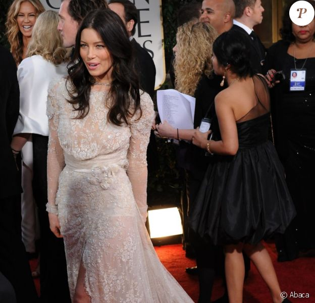 Jessica Biel, superbe lors des Golden Globes dimanche 15 janvier à Los Angeles. La comédienne ne portait pas de bague de fiançailles...