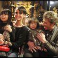 Johnny Hallyday, Laetica et leurs filles Jade et Joy à la tour Eiffel, le 3 décembre 2011.