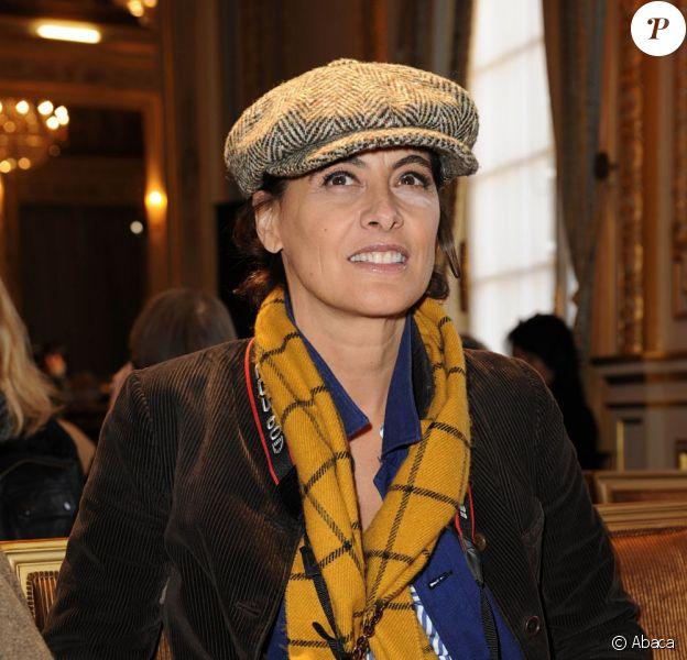 Inès de la Fressange, reporter-photographe attentive lors du défilé haute couture Alexis Mabille à Paris, le 23 janvier 2012.