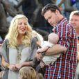 """""""Tori Spelling, Dean McDermott et leur petite  Hattie  en pleine interview pour l'émission américaine Extra, à Los Angeles, le 25 janvier 2012"""""""
