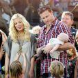 """""""Tori Spelling, Dean McDermott et leurs enfants - Liam, Stella et Hattie, en pleine interview pour l'émission américaine Extra, à Los Angeles, le 25 janvier 2012"""""""