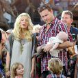 """""""Tori Spelling, Dean McDermott et leurs adorables enfants en pleine interview pour l'émission américaine Extra, à Los Angeles, le 25 janvier 2012"""""""