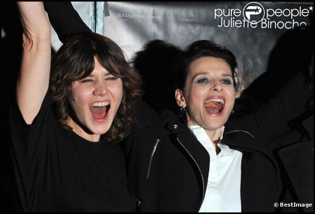 Juliette Binoche et la réalisatrice Malgorzata Szumowska à l'avant-première de  Elles , à Paris, le 31 janvier 2012.