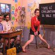 Charlotte Le Bon : délirante lorsqu'elle joue à la maîtresse d'école sexy dans Le Petit Journal de Yann Barthès sur Canal + le mercredi 8 février 2012