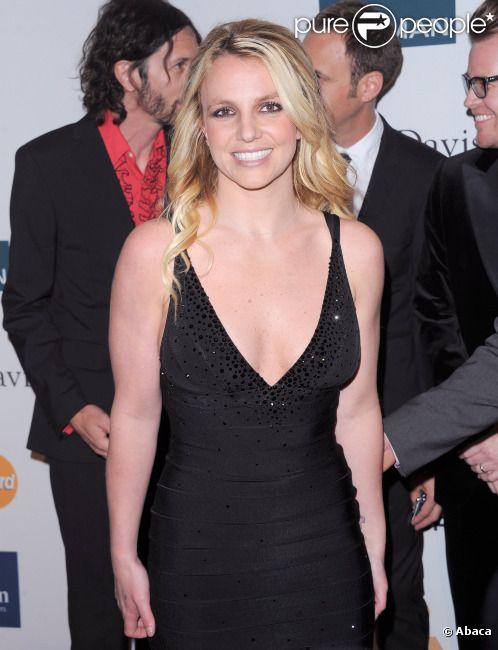 Britney Spears pose sur le tapis rouge, lors de la soirée des Pre-Grammy, le samedi 11 février 2012 à Los Angeles.