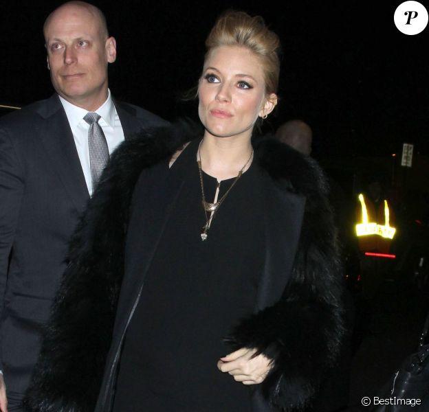 Sienna Miller a dévoilé son ventre rond à la soirée W à New York le 14 février 2012