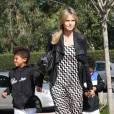 Heidi Klum a choisi d'enlever son alliance... Ici, lors d'une balade avec ses enfants à Los Angeles le 18 février 2012