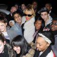 Rihanna prend un bain de foule devant son hôtel à Londres, le 20 février 2012.