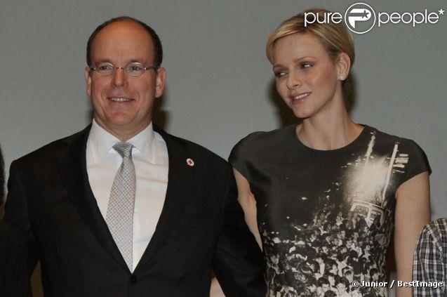 Le prince Albert II de Monaco et sa femme la princesse Charlene, sublime, ont assisté à la cérémonie de la Croix-Rouge, à Monaco, le 21 février 2012