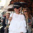 """""""Laeticia Hallyday, accompagnée de sa grand-mère et quelques amis, dans les rues de Beverly Hills, le 24 février 2012."""""""