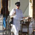 """""""Laeticia Hallyday, ravissante en blanc, dans les rues de Beverly Hills, le 24 février 2012."""""""
