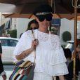 """""""Laeticia Hallyday, toute en blanc, dans les rues de Beverly Hills, le 24 février 2012."""""""