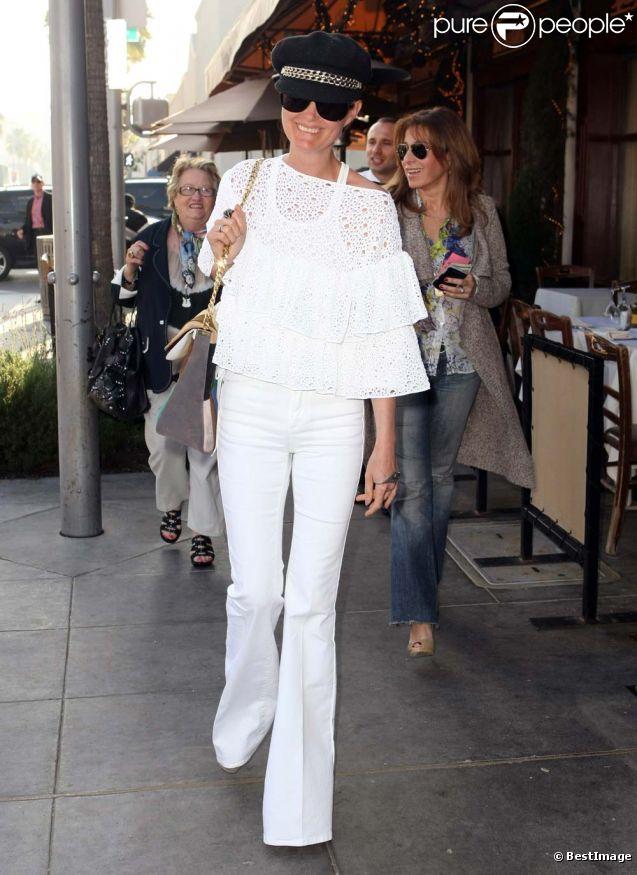 Laeticia Hallyday, accompagnée de sa grand-mère et quelques amis, dans les rues de Beverly Hills, le 24 février 2012.