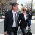 Nicollette Sheridan et son avocat se rendent au procès contre le scénariste Marc Cherry, à Los Angeles, le 1er mars 2012