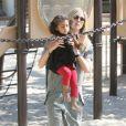 Heidi Klum et sa fille Lou dans un parc de Los Angeles, le 3 mars 2012.