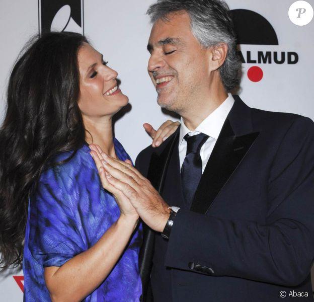 Andrea Bocelli avec sa compagne Veronica lors du lancement de sa fondation en faveur des personnes démunies et de la recherche médicale, le 9 décembre 2011 à Los Angeles. Andrea Bocelli et sa compagne Veronica Berti, en couple depuis 2002, ont eu le 21 mars 2012 une petite fille : Virginia.