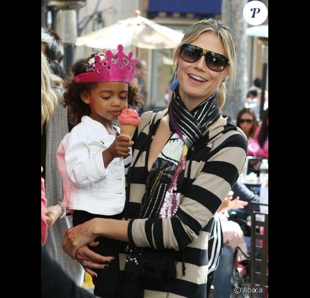 Heidi Klum, sa maman et ses filles Leni et Lou sont allées chercher  Johan et Henry Samuel à leur cours de karaté avant de faire du shopping  et de s'amuser, à Beverly Hills, le 24 mars 2012. Lou savoure une glace