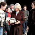 Camilla Parker Bowles, en visite sur le tournage de la série danoise The Killing avec la princesse Mary le 27 mars  2012, s'est vu offrir le pull-over de l'héroïne Sofie Grabol !