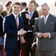 Le prince Charles et Camilla Parker Bowles accueillis par le prince Frederik et la princesse Mary de Danemark le 25 mars 2012 à l'aéroport de Copenhague, pour la dernière étape de leur tournée en Scandinavie en représentation de la reine Elizabeth II.