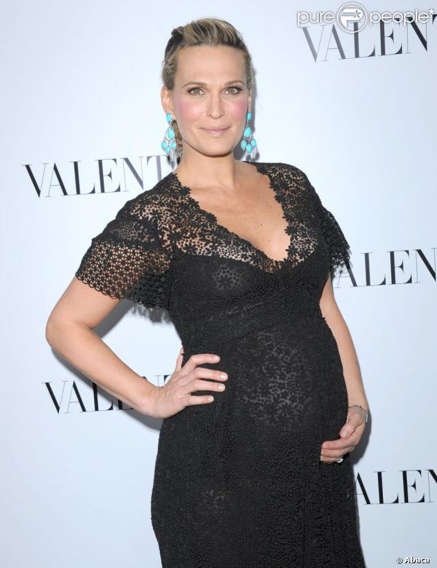 Molly Sims, enceinte de six mois, exhibait son ventre rond dans une superbe robe noire brodée lors de l'ouverture de la nouvelle boutique Valentino sur Rodeo Drive à Beverly Hills, le 27 mars 2012.