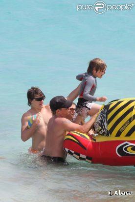 Jon Bon Jovi aide sa tribu à monter à bord d'un radeau en plastique à Saint-Barthélemy, le 29 mars 2012.