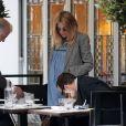 Sienna Miller enceinte et radieuse à Londres, le 30 mars 2012.