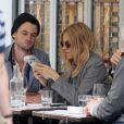 Sienna Miller et Tom Sturridge : les futurs parents en terrasse en amoureux, déjeunent à Soho à Londres, le 30 mars 2012.