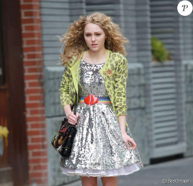 AnnaSophia Robb dans la peau de la jeune Carrie Bradshaw sur le tournage de The Carrie Diaries à New York. Le 1er avril 2012