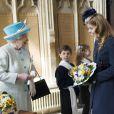 Une belle complicité ! La reine Elizabeth II était accompagnée par sa petite-fille la princesse Beatrice d'York, le 5 avril 2012, pour le Royal Maundy Service, la cérémonie du Jeudi saint, à York Minster, cathédrale d'York.