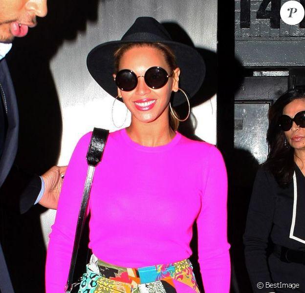 Beyoncé porte un chapeau Eugenia Kim, des lunettes de soleil The Row, un sweater rose et une jupe Etro. Le 29 mars 2012.