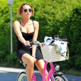 Miley Cyrus fait du vélo par une journée ensoleillée à Los Angeles le 6 avril 2012