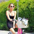 Miley Cyrus fait un peu de vélo par une journée ensoleillée à Los Angeles le 6 avril 2012
