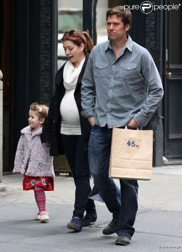 Alyson Hannigan très enceinte, son mari Alexis Denisof et leur fille Satyana à New York le 10 avril 2012