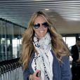 Elle Macpherson, stylée à l'aéroport d'Heathrow, s'apprête à embarquer direction l'Inde. Londres, le 13 avril 2012.