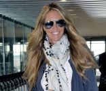 Elle Macpherson, stylée à l'aéroport d'Heathrow, s'apprête à embarquer direction l'Inde. Londres, le 13 avril 2012.
