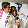 Tony Estanguet s'en prend à Teddy Riner lors de la cérémonie marquant les 100 jours avant les Jeux olympiques de Londres à Paris le 18 avril 2012