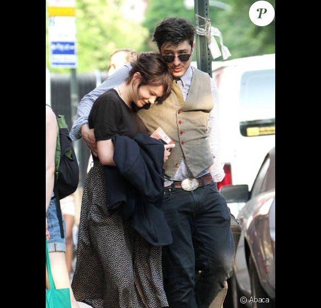 Carey Mulligan et Marcus Mumford se promènent dans les rues de New-York en mai 2011