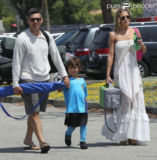LeAnn Rimes et Eddie Cibrian emmenent le petit Jake à un match de football à Los Angeles le 22 avril 2012