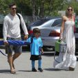 Le jour de leur premier anniversaire de mariage, LeAnn Rimes et Eddie Cibrian emmenent le petit Jake à un match de football à Los Angeles le 22 avril 2012