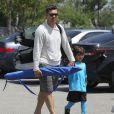 Eddie Cibrian et son fils Jake vont à un match de football à Los Angeles le 22 avril 2012