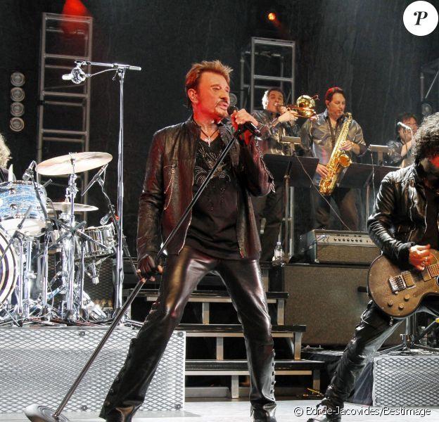 Johnny Hallyday, dans une forme exceptionnelle aux côtés de ses musiciens dont Yarol Poupaud, donne le coup d'envoi de sa tournée sur la scène de l'Orpheum Theatre, à Los Angeles. 24 avril 2012