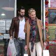 Katherine Heigl et son mari Josh Kelley (ici en shopping en amoureux le 27 février 2012), heureux parents d'une petite Naleigh adoptée en 2009, ont adopté en avril 2012 un autre enfant : une seconde petite fille !