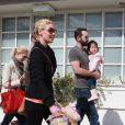 Promenade en famille avec Naleigh, le 11 février 2012. Katherine Heigl et son mari Josh Kelley, heureux parents d'une petite Naleigh adoptée en 2009, ont adopté en avril 2012 un autre enfant : une seconde petite fille !
