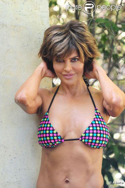 Lisa Rinna, très sensuelle, prend la pose alors qu'elle emmène sa fille au Parc de Santa Monica à Los Angeles le 9 mai 2012