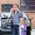 Jennifer Garner emmène sa fille Violet à son cours de ballet et s'amuse avec les paparazzi, le 12 mai 2012 à Los Angeles