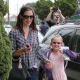 Jennifer Garner, toujours aussi jolie, emmène sa fille Violet à son cours de ballet et s'amuse avec les paparazzi, le 12 mai 2012 à Los Angeles