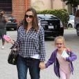 Jennifer Garner emmène sa fille Violet enthousiaste à son cours de ballet et s'amuse avec les paparazzi, le 12 mai 2012 à Los Angeles